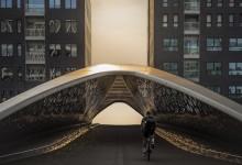 Antwerpen - voetgangers brug met fietser tijdens gouden uurtje
