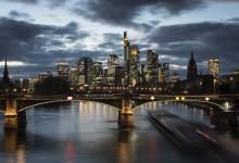 Frankfurt - zicht op de skyline tijdens blauw uurtje